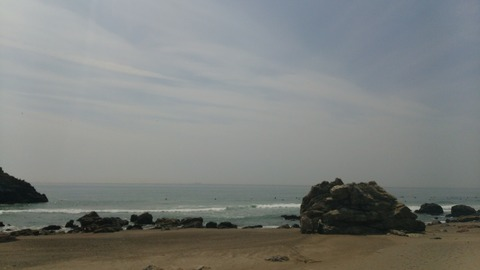 冬のビーチとオンショアの波