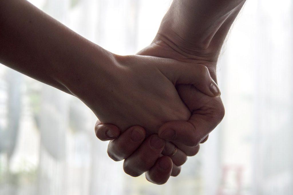 手をつなぐ意味